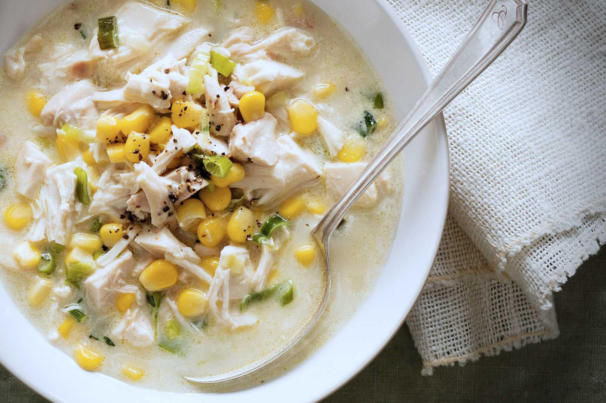 Plato de sopa de pollo y maíz en la Thermomix